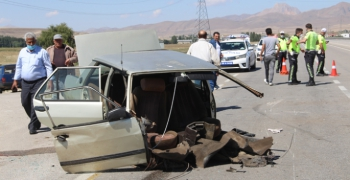 Erzurum'da feci kaza, araç ikiye bölündü: 5 yaralı